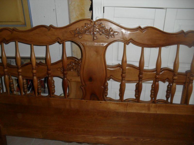 t te de lit ancienne en noyer de style proven al relook e. Black Bedroom Furniture Sets. Home Design Ideas